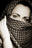 Donna con il fronte coperto immagine stock