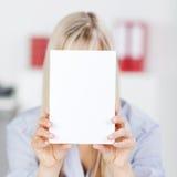 Donna con il fronte della copertura Immagini Stock Libere da Diritti