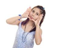 Donna con il fronte e la linguetta incorniciati fuori Fotografia Stock