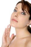 Donna con il fronte o la crema per il corpo Immagini Stock Libere da Diritti