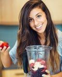 Donna con il frullato della frutta Fotografia Stock