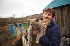 Donna con il gatto di casa Fotografie Stock