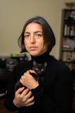 Donna con il gatto nero Fotografie Stock Libere da Diritti