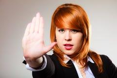 Donna con il gesto del segno della mano di arresto Fotografie Stock Libere da Diritti