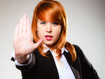 Donna con il gesto del segno della mano di arresto Fotografie Stock