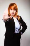 Donna con il gesto del segno della mano di arresto Immagini Stock