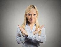 Donna con il gesto di X che chiede di tagliarlo fuori Immagini Stock