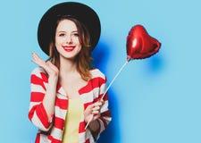 Donna con il giocattolo di forma del cuore immagine stock libera da diritti