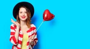 Donna con il giocattolo di forma del cuore immagini stock libere da diritti