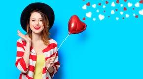 Donna con il giocattolo di forma del cuore con i cuori immagine stock libera da diritti