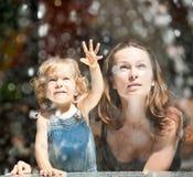 Donna con il gioco del bambino fotografia stock