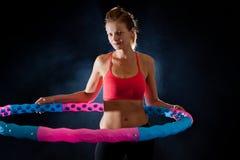 Donna con il hula-hoop di massaggio Fotografia Stock