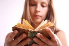 Donna con il libro Fotografie Stock Libere da Diritti