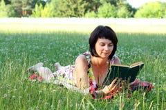 Donna con il libro Immagine Stock