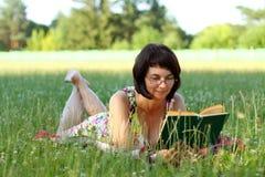 Donna con il libro Fotografia Stock Libera da Diritti