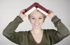 Donna con il libro Immagini Stock Libere da Diritti
