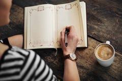 Donna con il libro all'aperto Fotografie Stock