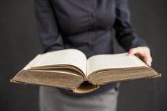 Donna con il libro aperto Fotografia Stock