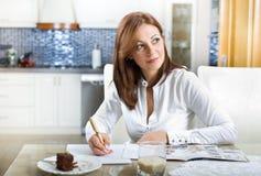 Donna con il libro di ricetta Fotografie Stock