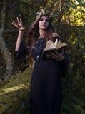 Donna con il libro in foresta scura Immagine Stock Libera da Diritti
