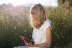 Donna con il libro in natura Fotografia Stock Libera da Diritti