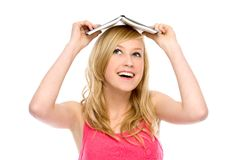 Donna con il libro sulla sua testa Fotografia Stock