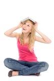 Donna con il libro sulla sua testa Fotografie Stock Libere da Diritti