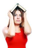 Donna con il libro sulla sua testa Immagini Stock