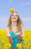Donna con il limone all'esterno Fotografie Stock Libere da Diritti