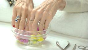 Donna con il manicure nel salone della stazione termale stock footage