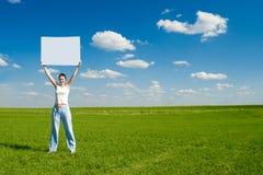 Donna con il manifesto in bianco dell'annuncio Fotografia Stock Libera da Diritti