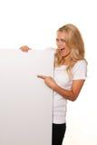 Donna con il manifesto vuoto per fare pubblicità all'apertura Fotografia Stock