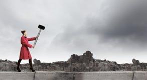 Donna con il martello Fotografia Stock Libera da Diritti