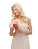 Donna con il mazzo dei fiori Immagini Stock Libere da Diritti