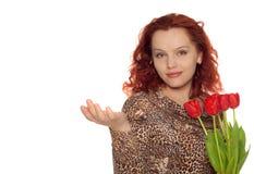Donna con il mazzo dei tulipani che tengono someth fotografia stock libera da diritti
