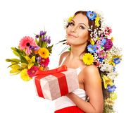 Donna con il mazzo del contenitore e del fiore di regalo. Immagine Stock