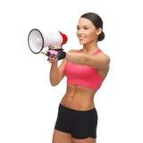 Donna con il megafono che indica a qualcosa Immagini Stock Libere da Diritti