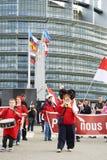 Donna con il megafono davanti al Parlamento Fotografie Stock