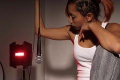 Donna con il microfono Fotografie Stock Libere da Diritti