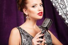 Donna con il microfono immagini stock