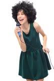 Donna con il microfono della tenuta dell'acconciatura di afro Immagine Stock Libera da Diritti
