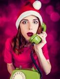 Donna con il microtelefono del telefono di quadrante fotografia stock