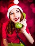 Donna con il microtelefono del telefono di quadrante fotografia stock libera da diritti