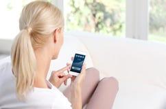 Donna con il mobile Immagini Stock