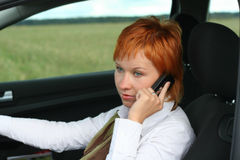 Donna con il mobile in automobile Fotografia Stock Libera da Diritti