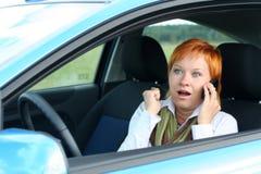 Donna con il mobile in un'automobile Fotografia Stock Libera da Diritti