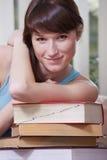 Donna con il mucchio dei libri Fotografia Stock