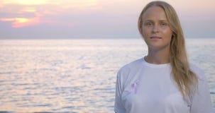 Donna con il nastro di consapevolezza del cancro al seno stock footage