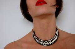 Donna con il necklase in bianco e nero Immagini Stock Libere da Diritti
