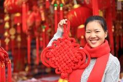 Donna con il nodo cinese Fotografia Stock
